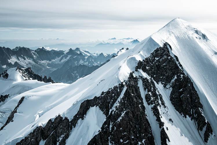 Vue aérienne sur les nombreux alpinistes à la conquête du Mont-Blanc, France. Format paysage.