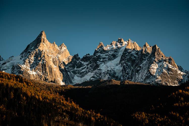 Couleurs d'automne et de fin de journée sur les célèbres aiguilles de Chamonix, France. Format paysage.