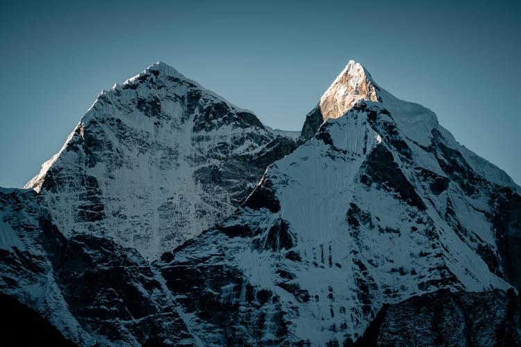 Lever du jour à l'ombre des géants himalayens, Népal. Format paysage.