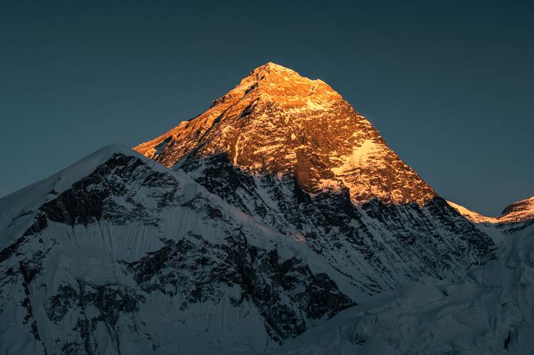 Le soleil se prépare à se coucher sur l'Everest, Népal. Format paysage.