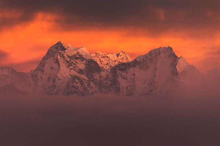 Fenêtre temporaire sur un ciel de feu depuis le Gokyo Ri, Népal Format paysage