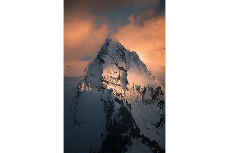 Vue depuis le massif des Aravis sur le Mont-Blanc, France. Format portrait.