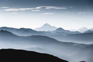 Lignes de crête et brumes matinales, Massif des Aravis, France. Format paysage.