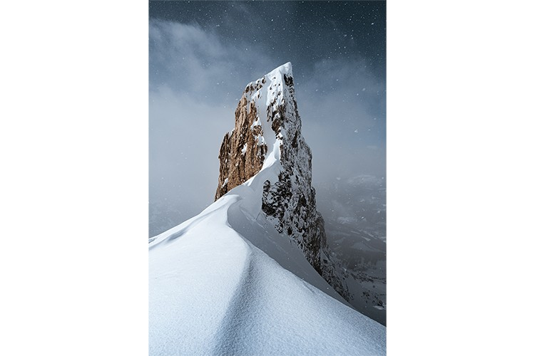 Météo changeant sur le Massif des Aravis, France. Format portrait.
