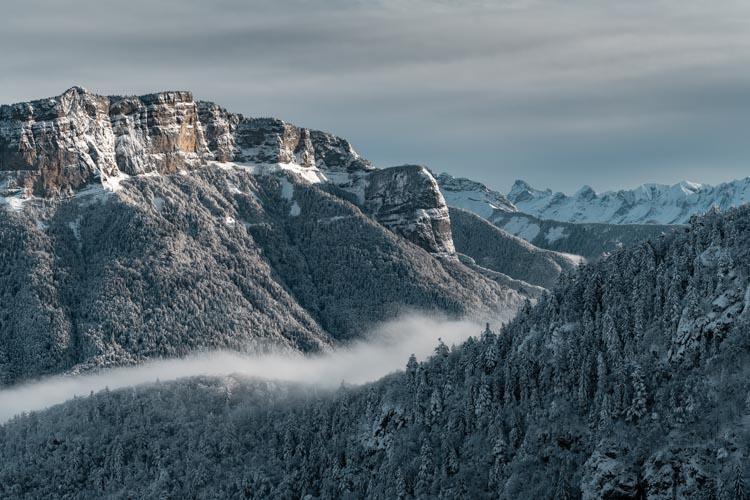 La Tête à Turpin sous un épais manteau blanc depuis le Mont Veyrier, France.
