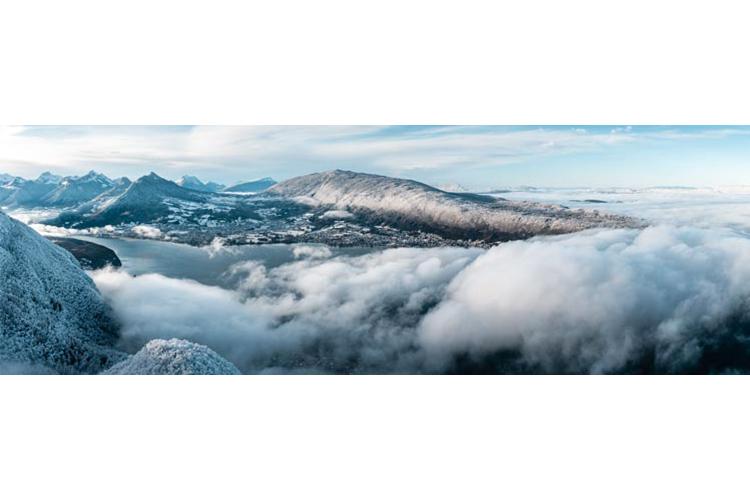 Premier flocons de l'hiver sur le lac d'Annecy depuis le Mont-Veyrier, France
