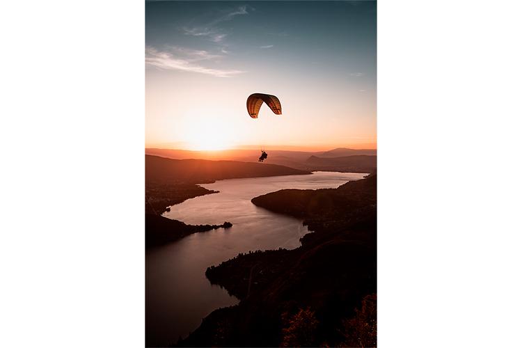 Découverte du vol en parapente biplace au-dessus du Lac d'Annecy, France. Format portrait.