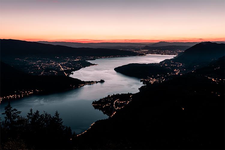 Coucher de soleil sur le Lac d'Annecy depuis le fabuleux belvédère du Col de la Forclaz, France