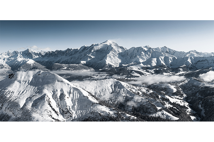 Vue sur la chaine du Mont-Blanc, depuis les Aravis, France. Format panoramique.