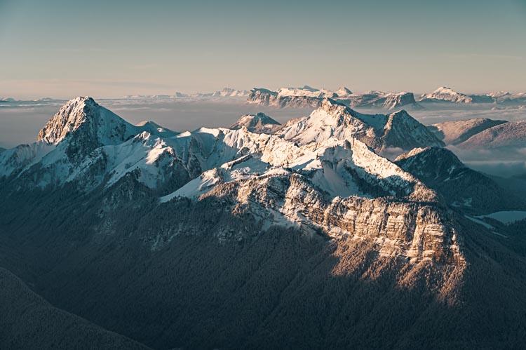 Lever du jour sur le Trélod et le Mont Colombier dans le Massif des Bauges, France. Format Paysage