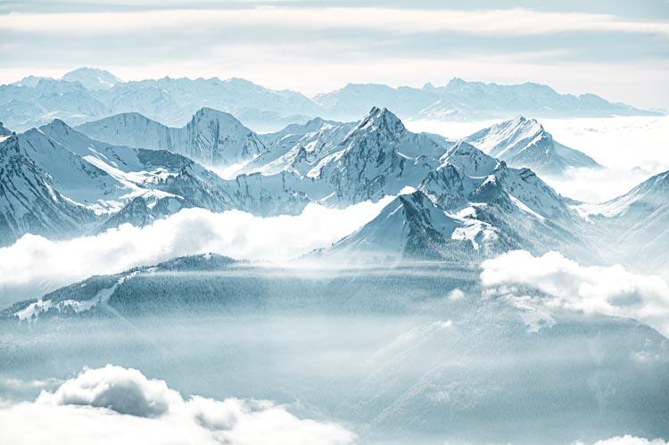 Le Massif des Bauges et ses plus hauts sommets drapés de brume, France. Format paysage