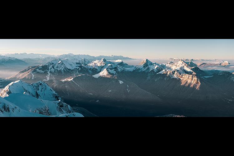 Le Massif des Bauges vu au lever de soleil depuis la Tournette, France